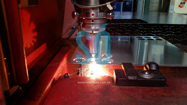 Corte e dobra na fabricação de disco dispersor de laboratório