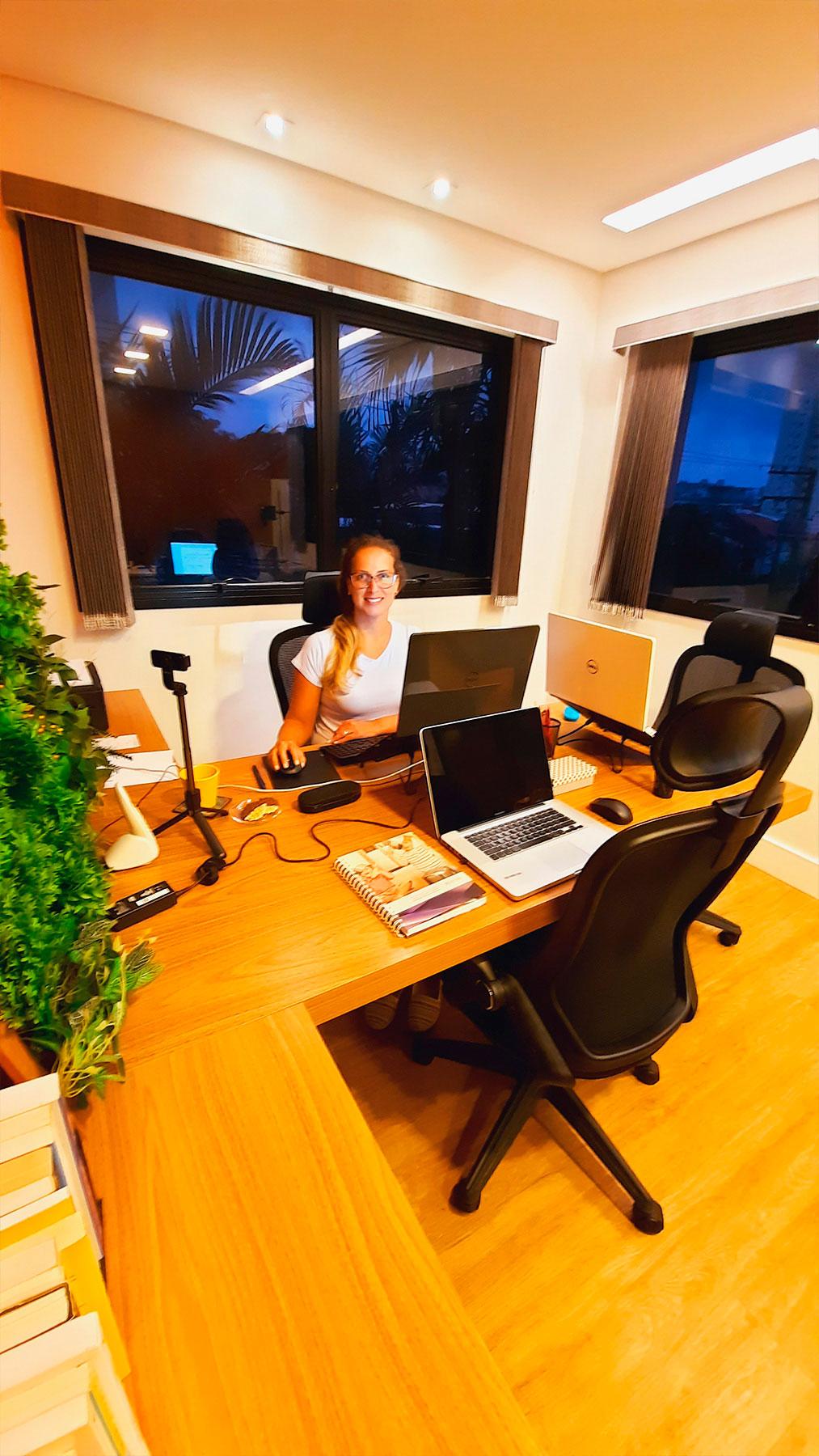 Luciane-Pozzobon-no-dia-a-dia-do-escritorio